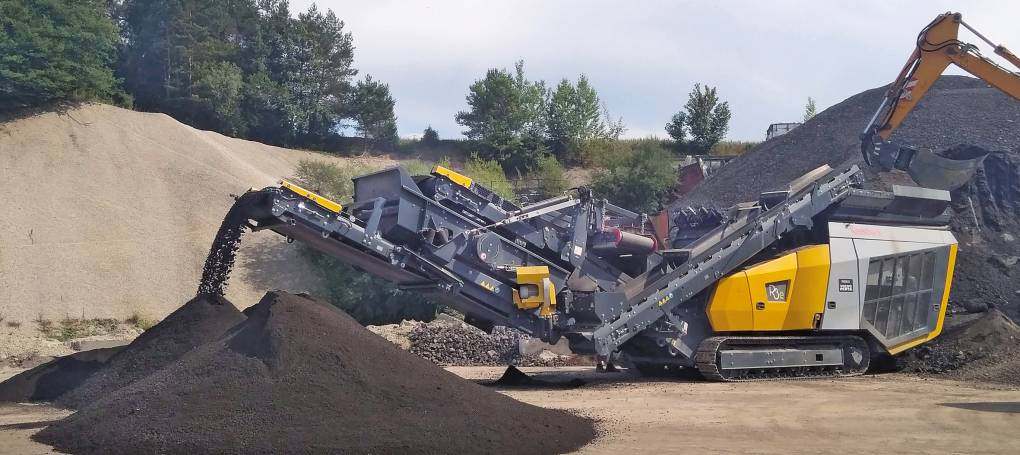 Keestrack R3e mobile impact crusher with plug-in electric drive